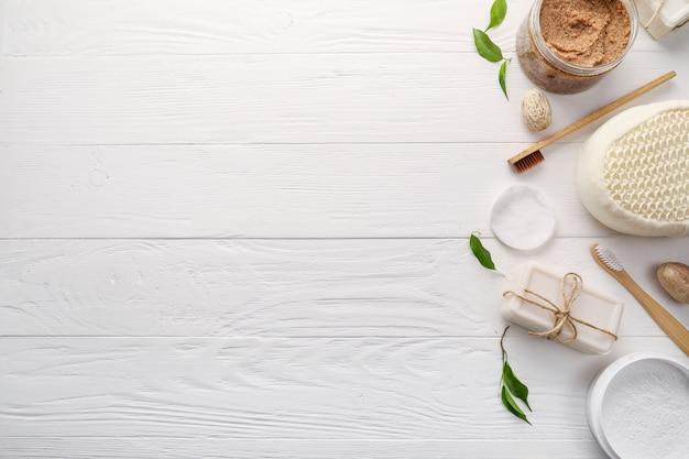 Houten tandenborstels en toiletartikelen op witte houten achtergrond