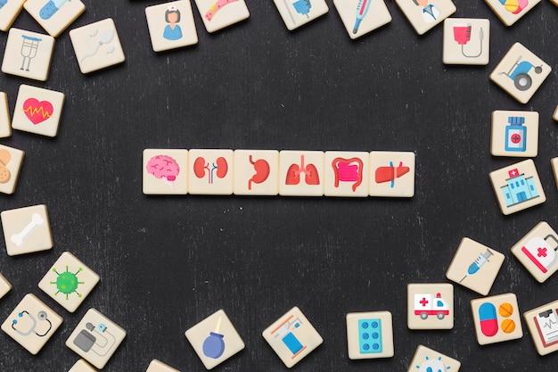 Houten tegels met medisch pictogram