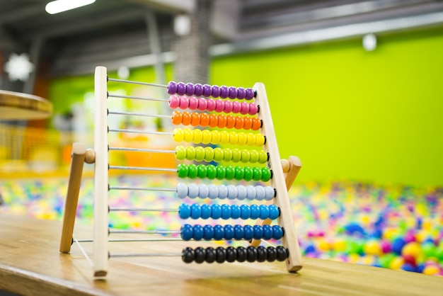 Houten telraam voor kinderen van felle kleur op het oppervlak van de speelkamer