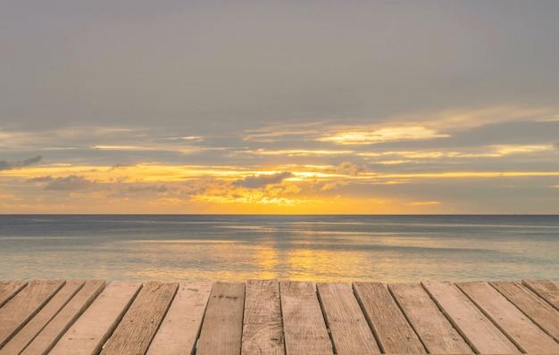 Houten terras oude textuur op strand zee achtergrond