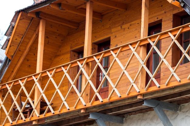 Houten terras van houten huis. panoramavensters.