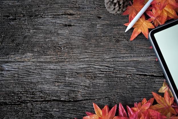 Houten textuur met esdoorn leat, modeltablet en exemplaarruimte.