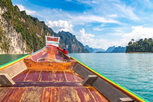 Houten thaise traditionele lange staartboot op cheow lan-meer in thailand