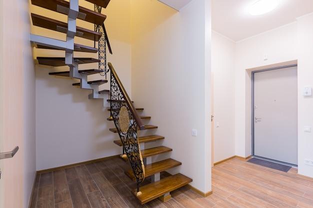 Houten trappen in de gang van het interieur van het appartement