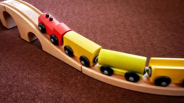 Houten treinspeelgoed dat de brug op gaat