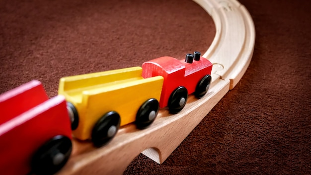 Houten treinstuk speelgoed dat zich over de brug beweegt