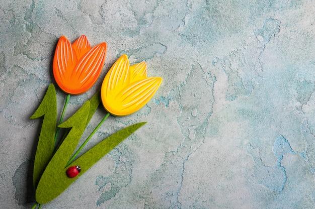 Houten tulpen op blauwe beton doorstane achtergrond
