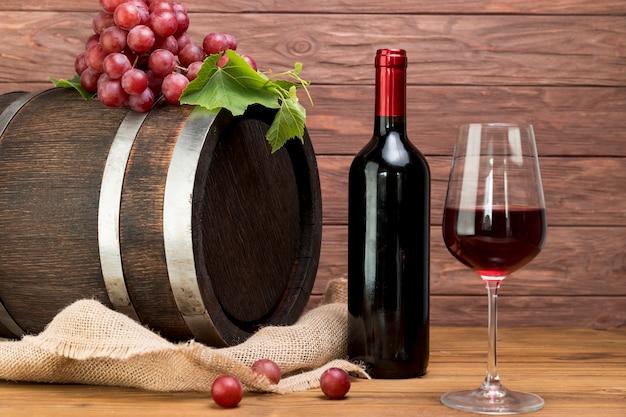 Houten vat met fles en een glas wijn