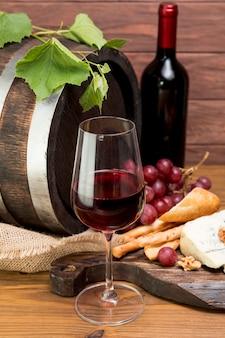 Houten vat naast wijn en tapa