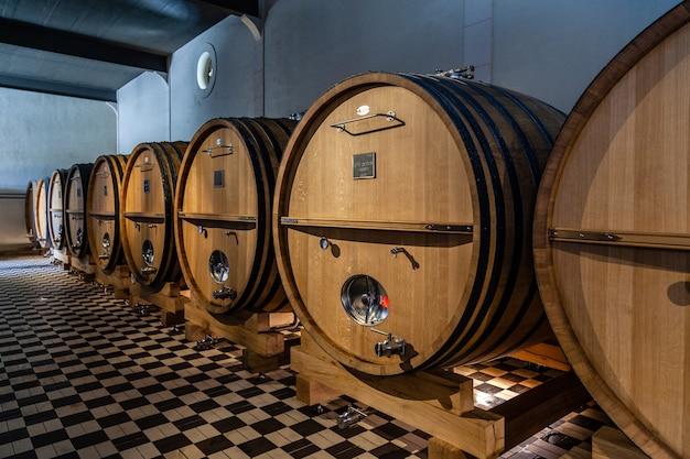 Houten vaten in een wijnproducerende fabriek