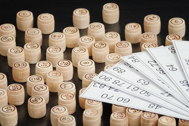 Houten vaten lotto en kaarten. zwarte houten tafel.