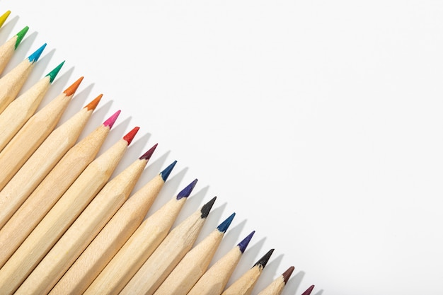 Houten veelkleurige potloden geïsoleerd op wit. bovenaanzicht kopie ruimte