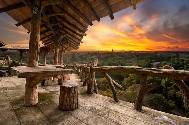 Houten veranda op het natuurlijke uitzichtpunt op de berg in zonsondergangtijd