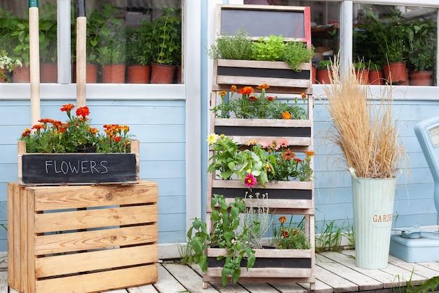 Houten veranda van huis met groene planten en bloemen in doos bloemenwinkel zomerdecor veranda huis