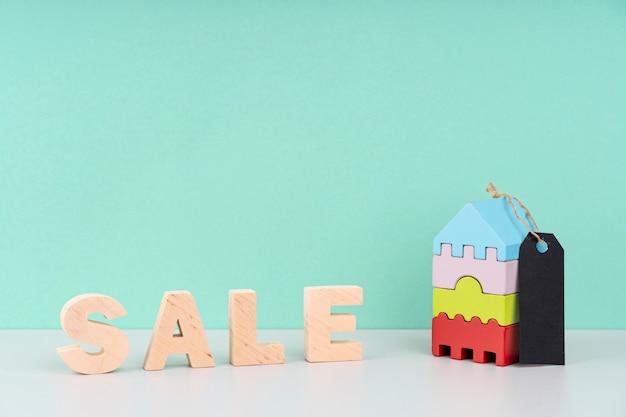 Houten verkoop letters op blauwe achtergrond