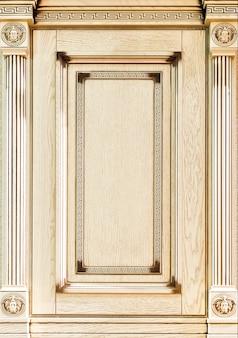 Houten versierde gevel van meubilair