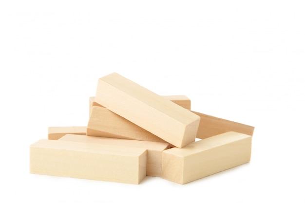 Houten verstoorde blokken geïsoleerd op wit