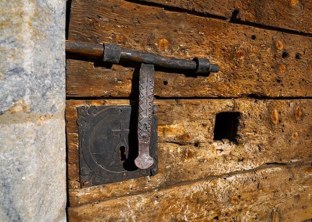 Houten vintage deur met klink roestig slot