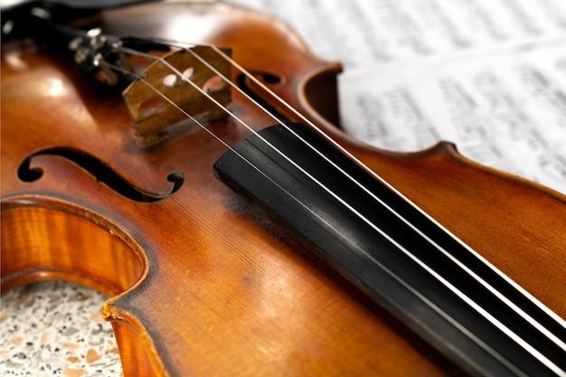 Houten viool close-up liggend op de wazig bladmuziek