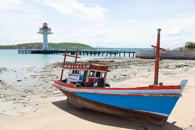 Houten vissersboot die op het strand wordt vastgelegd.