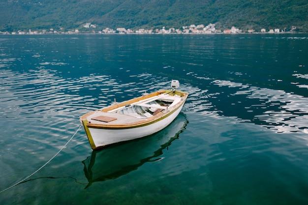 Houten vissersboot in de baai van kotor in montenegro.