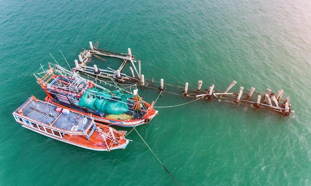 Houten vissersboten die bij de haven drijven.