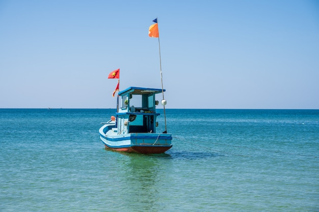 Houten vissersschip met een vietnamese vlag