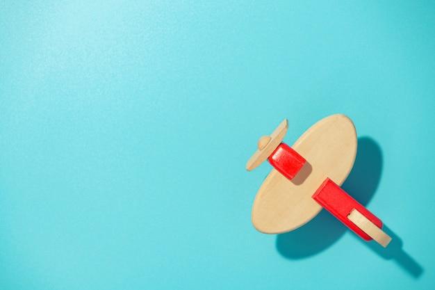 Houten vliegtuig op blauwe tafel