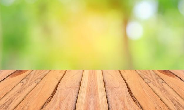Houten vloer en natuurlijke groene achtergrond
