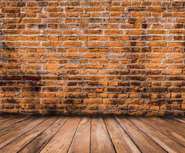 Houten vloer met oud bakstenen muuroppervlak