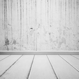 Houten vloer met vuile betonnen muur