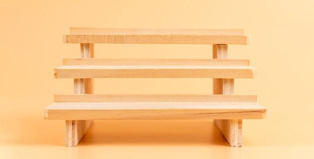 Houten vloer op oranje muur, show voor cosmetische producten