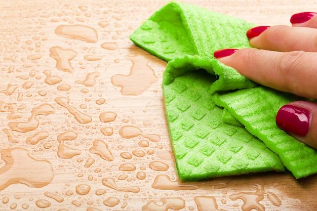 Houten vloeren schoonmaken met doek in de kamer