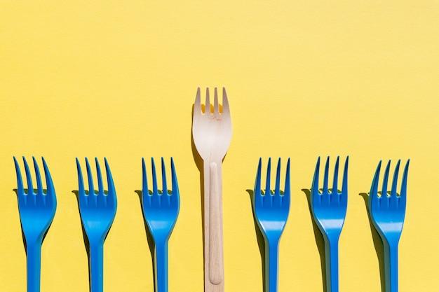 Houten vorken op een rij op geel