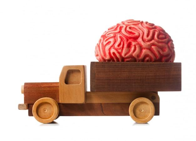 Houten vrachtwagen draagt een rubberen brein