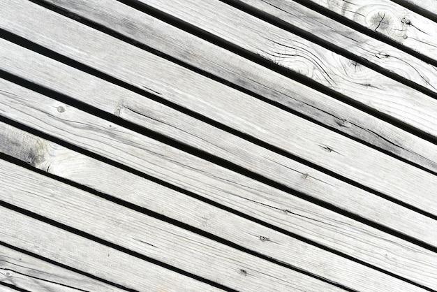 Houten wand gemaakt van diagonale planken met lichte strepen