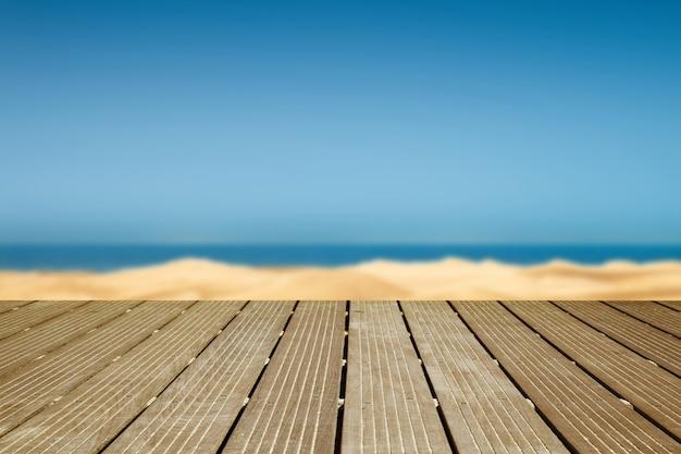 Houten wandelpad met uitzicht op de duinen en de zee