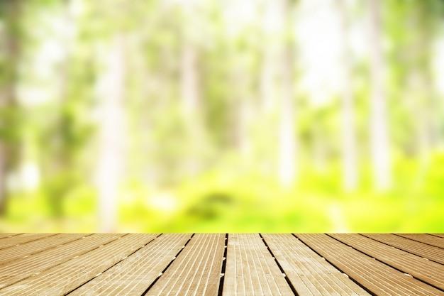 Houten wandelpad met wazig zicht