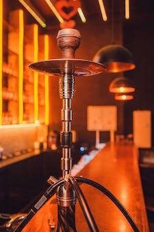 Houten waterpijp op tafel in waterpijp lounge.