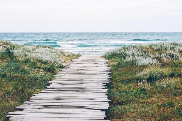Houten weg naar het strand