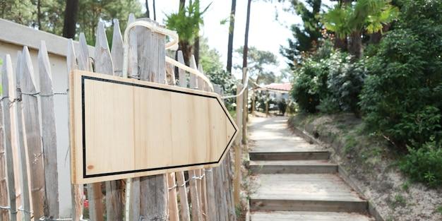 Houten weg uithangbord pijl teken buiten in de buurt van stears