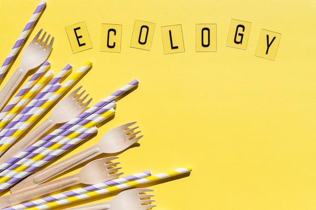 Houten wegwerp vorken op gele muur, recycling en eco vriendelijke concept. geen afval, plasticvrije items, stop plastic. ecologie bericht. plaats voor tekst. organisch, milieuvriendelijk feest, winkelen