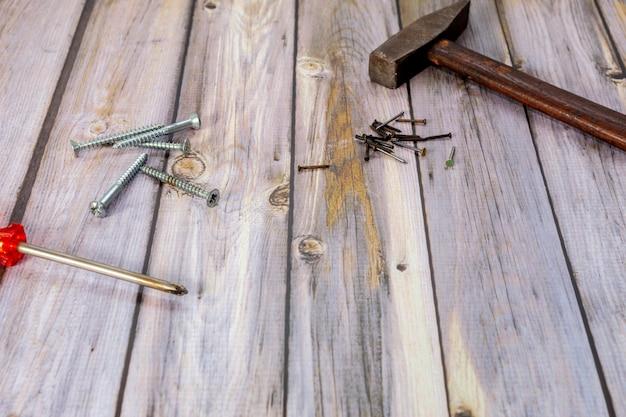 Houten werktafel met hamer, spijkers, schroevendraaier en schroeven
