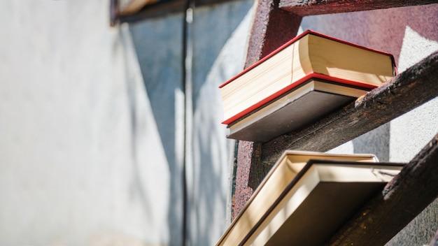 Houten wiel met boeken op spaken