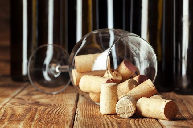 Houten wijnflessen met glas