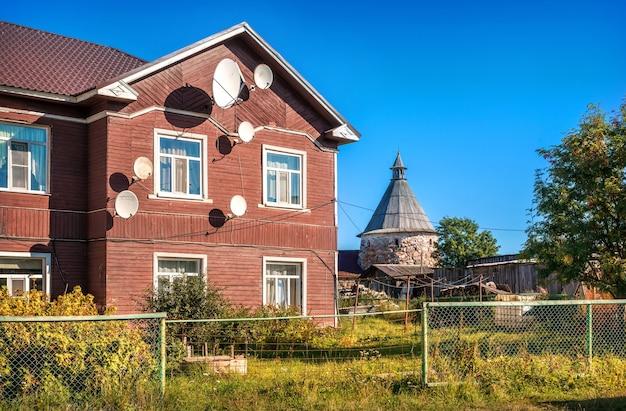 Houten woongebouw met twee verdiepingen op het solovetsky-eiland