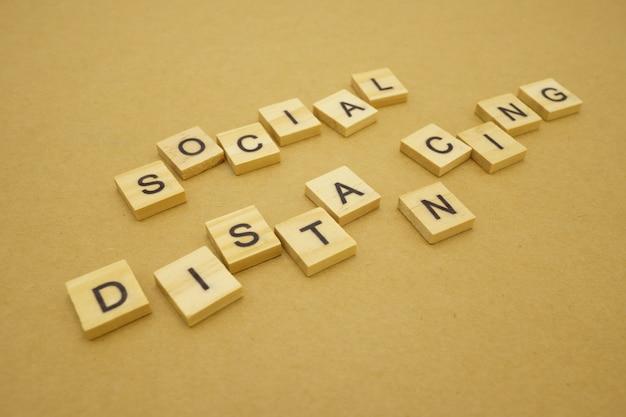 Houten woord sociale afstand blijven uit elkaar om de covid 19-virusinfectie te verminderen. bewaar sociale afstand