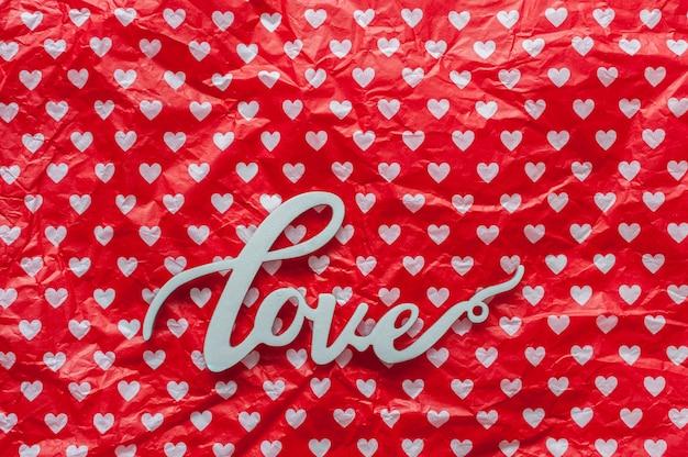 Houten woordliefde op patroon met harten