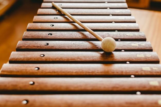 Houten xylofoon in een muziekklaslokaal