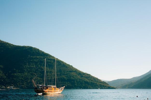 Houten zeilschip montenegro baai van kotor